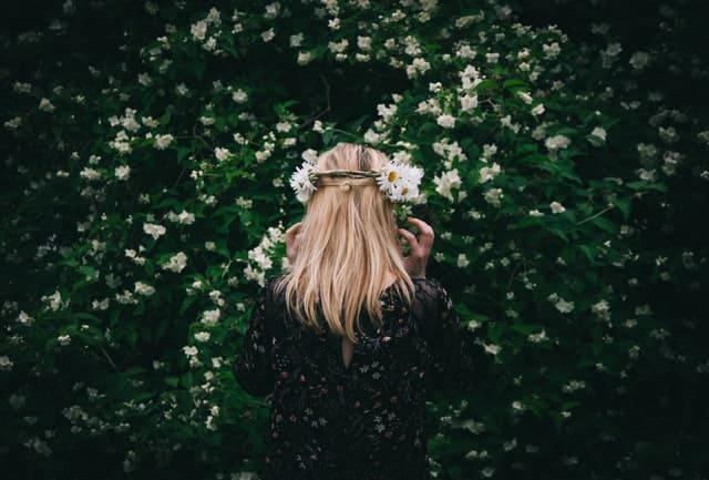 花冠を被る女性