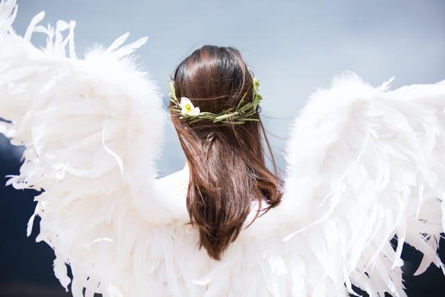 天使の羽を付けた女性